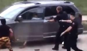 """ארה""""ב: שוטרים ירו בגבר שחור - בגבו • צפו"""