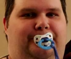 סטנלי ת'ורנטון - עם מוצץ, בקבוק ולול: בן 36 מתנהג כבן שנתיים