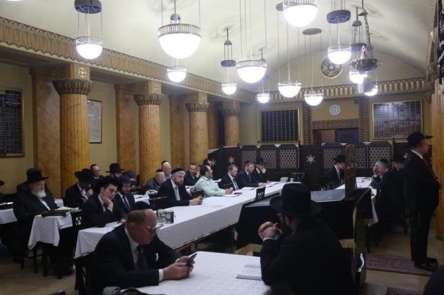 הרבנים מקבלים את התעודה