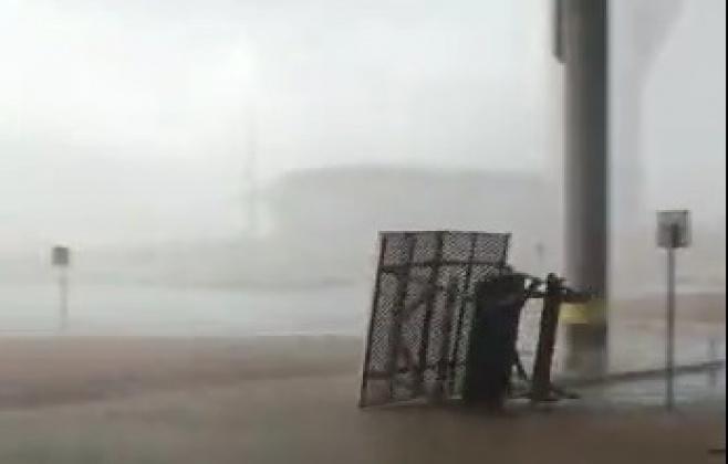 """'אנחנו בהוריקן' • צפו בסערה בשדה""""ת רמון"""