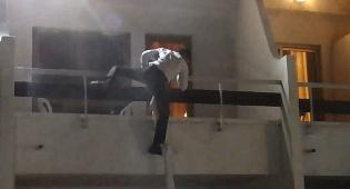 הזמר קפץ מחלון בית המלון והחל להופיע