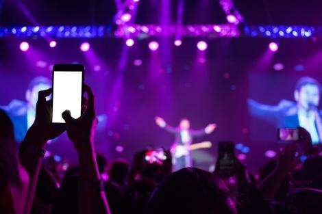 """צילום באמצע מופע. אילוסטרציה - """"אפליקציית השנאה"""" חשפה מה האמריקנים לא אוהבים"""