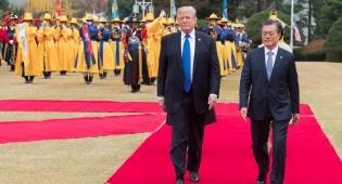 טראמפ עם הנשיא מון בביקורו בדרום קוריאה - נשיא דרום קוריאה: לטראמפ מגיע פרס נובל