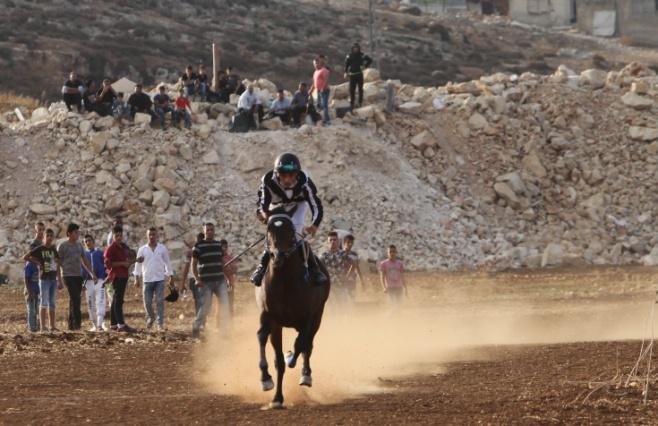 צפו: מירוץ סוסים בכפר הפלסטיני