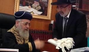 הרב זביחי מעניק לראשל״צ הגר״י יוסף את הטלית החדשה, השבוע.