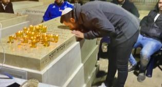 הזמר עידן יניב התפלל בציון של מרן הרב עובדיה יוסף