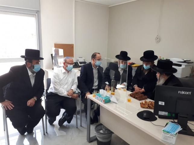 הרבנים במעמד קביעת המזוזות