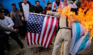 """פלסטינים שורפים בובת טראמפ עם דגלי ישראל וארה""""ב"""
