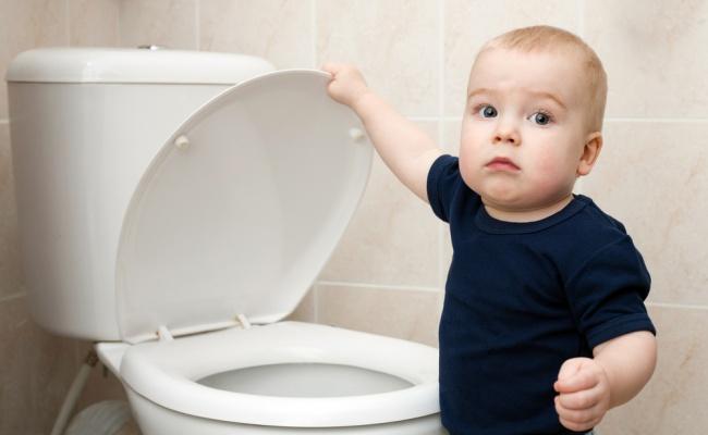 מדוע הילד מרטיב במיטה ואינו הולך לשירותים. אילוסטרציה - עד שסוף סוף נגמלת מהחיתול - למה על השטיח?!