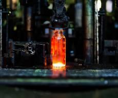 """ייצור בקבוקי זכוכית. אילוסטרציה - """"אם תחרימו אותנו - תגזרו מוות על המפעל"""""""