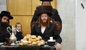 הרבי מקאליב ערך 'טיש' וחילק סופגניות