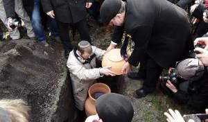 גווילי התורה עם טיפות הדם נקברו בוורשא