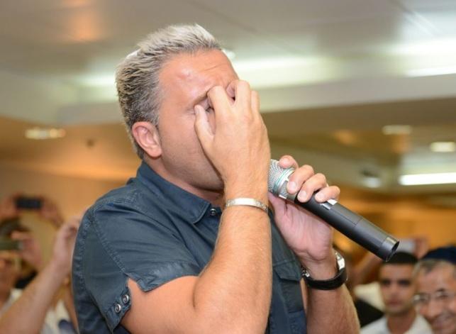 הזמר קובי פרץ באמירת סליחות