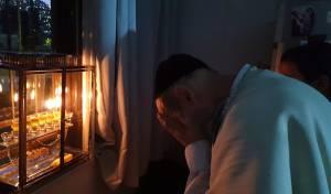 המקובל הדליק את הנרות ופרץ בבכי • צפו