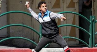 אילוסטרציה - שוטר פלסטיני נעצר לאחר שיידה אבנים