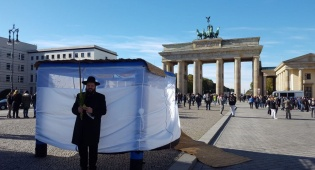 היסטוריה בגרמניה: סוכה מול 'שער הניצחון'