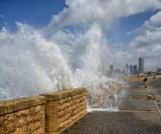 גלים מתנפצים על החוף ביפו