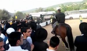 """פרשים ויס""""מניקים מול אלפי נוסעים • צפו"""