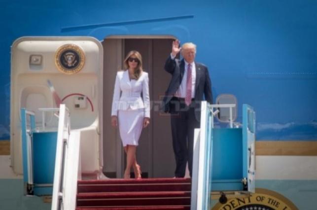 הזוג הנשיאותי בפתח המטוס