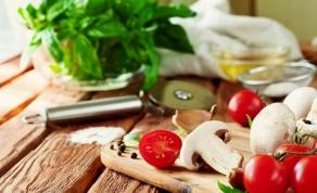 סלט פטריות מרענן עם בזיליקום ועגבניות שרי - סלט פטריות מרענן עם בזיליקום ועגבניות שרי