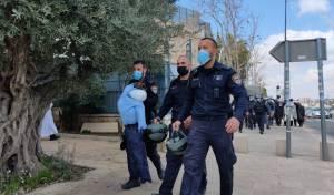 שוטרים עם הבובה