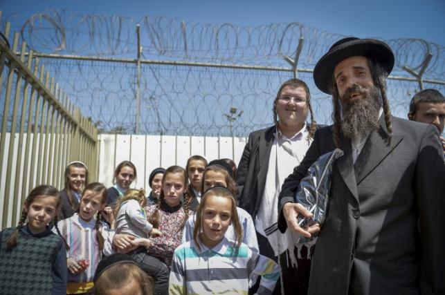 קרויס עם ילדיו לפני הכניסה לכלא