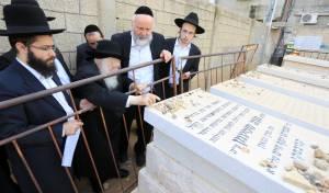 """הגר""""ח קנייבסקי בקברה של בתו ע""""ה"""