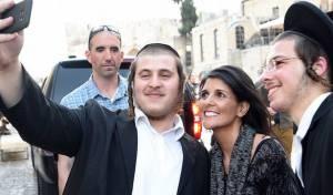 """היילי בעת ביקורה בישראל - ניקי היילי איימה ומקיימת: יקוצץ הון מהאו""""ם"""