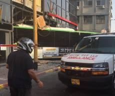 """זירת התאונה - אוטובוס סטה לתוך חנות בת""""א; אין נפגעים"""