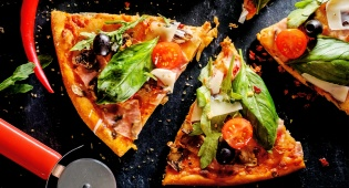 שני מגשי הפיצה שעלו לבסוף כ-21.8 מיליון דולר