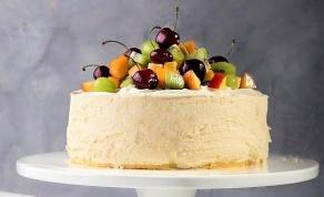 בפנים מתחבאת פסיפלורה - עוגת גבינה קרה וחגיגית עם פירות העונה