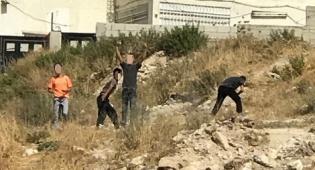 מיידי אבנים שנעצרו - מחבלים ששוחררו: פלסטינים חצו את הגדר