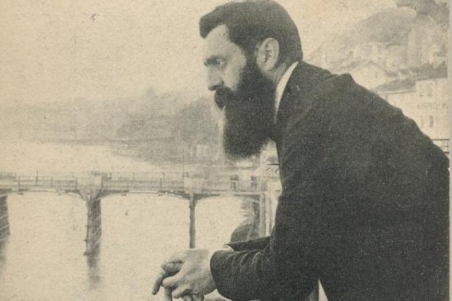 התמונה המקורית בה נראה חוזה מדינת היהודים בנימין זאב הרצל במרפסת של מלון שלושת המלכים