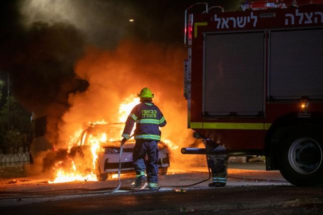 כוח כיבוי אש מכבה את אחת ההצתות בלוד