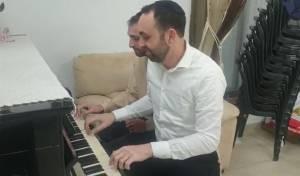כשאבי דרור ואחיו ניגנו על הפסנתר את שירי החג