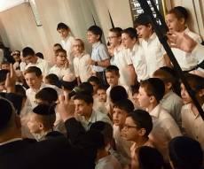 מרגש: שירת הילדים ב'זיץ' החסידי בפתח תקווה • צפו