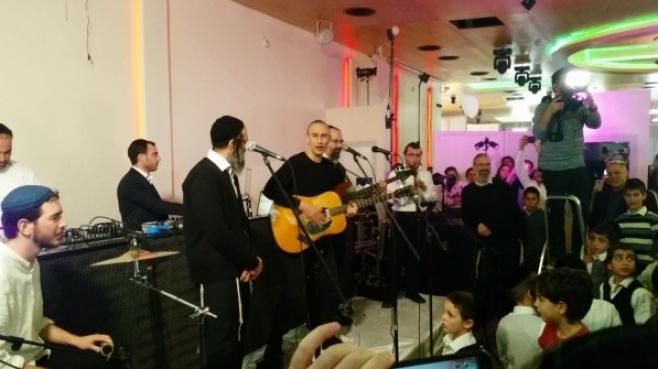 """צפו: אסף אמדורסקי מפתיע בניגוני חב""""ד"""