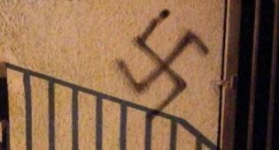 אילוסטרציה - אנטישמיות בליטא: צלבי קרס על גשרים