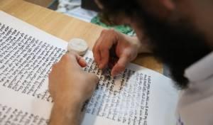 אילוסטרציה, כתיבת ספר תורה