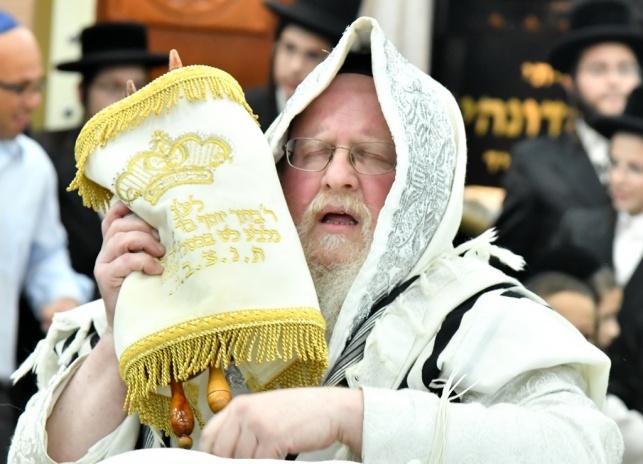 חגיגת הקפות שניות בחצר הקודש סאסוב