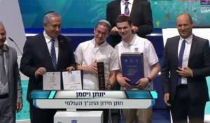 """במרכז: חתן התנ""""ך העולמי יונתן וייסמן"""
