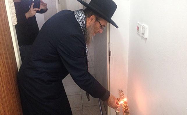 תיעוד: הרב יצחק ברדא מדליק נרות חנוכה
