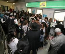 תור ארוך להטענת רב קו בתחנה המרכזית