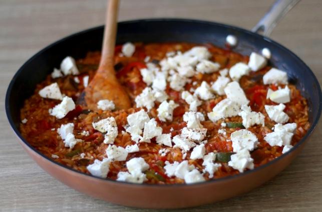 יותר טוב מפסטה: פתיתים עם רוטב עגבניות מתובל וגבינת פטה