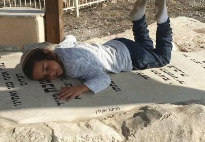עובדיה שבח על קבר אביו