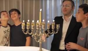 'די חנוכה ניגון': הקליפ של ידידים ודייויד טויב
