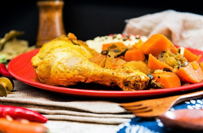 עוף מבושל עם ירקות וקוסקוס כרובית
