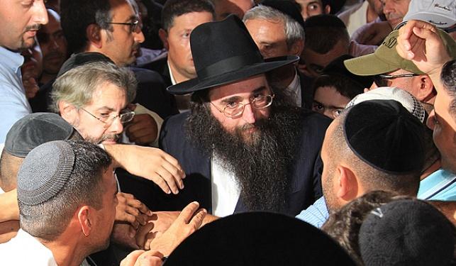 הרב יאשיהו פינטו מוקף בחסידים