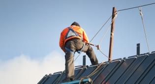 """העובד נפל מהגג - המעסיקה תשלם חצי מיליון ש""""ח. אילוסטרציה - העובד נפל מהגג - המעסיקה תשלם חצי מיליון ש""""ח"""