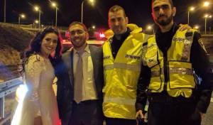 החתן והכלה לצד השוטרים